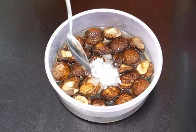 泡發香菇,10個人9人都錯了,飯店廚師長用這個方法,三分鐘全泡開,一招搞定