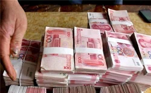 嫁個窮老公,爸媽給10萬彩禮,婚禮當天,爸媽指了指婚車,愣了