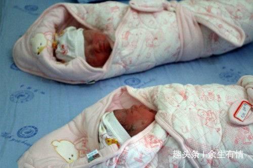 妻子和弟媳同一天生產,母親去陪產,倆孩子出生後母親扭身就走!