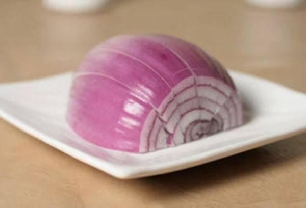 把「生洋蔥」切半放在手背上,沒想到效果這麼驚人!這篇一定要收藏好。