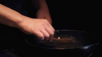 「黑芝麻 + 鹽」男人越吃越強壯,女人越吃越漂亮!