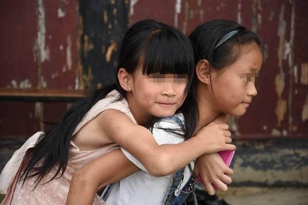 14歲姊妹失去父親!陌生叔匯錢6年金援,兩姐妹淚尋人:我已經長大了