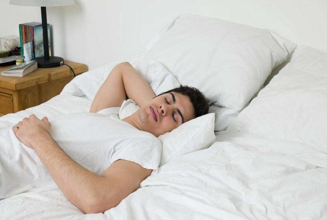 尿酸高的人, 睡觉时会有4种表现,多吃4种食物,促进尿酸排泄,消除水肿