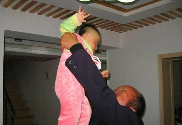 2歲兒子走路成「O」型腿,送醫檢查後一家人痛哭,媽媽罵阿公阿嬤:太自私