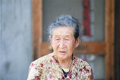 家婆生病去醫院說自己有錢,查看餘額氣的家婆報警,小姑子卻哭了