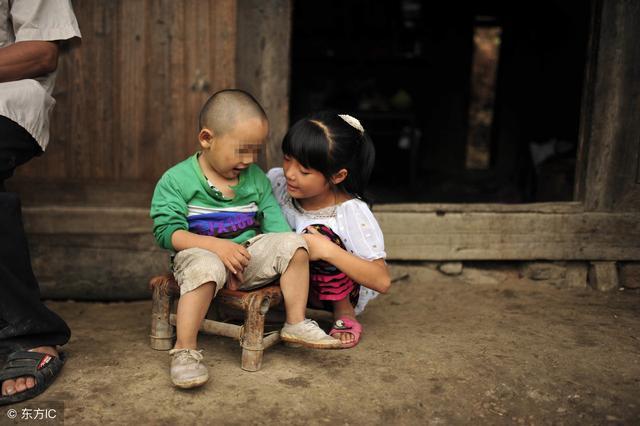 警察弟弟每月給母親寄三千,卻十年未歸,姐姐偷偷去探望哭紅了眼