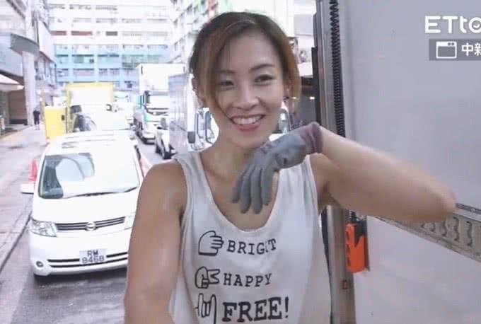 香港最美搬運工找到高富帥,選擇嫁人不再做苦力。網友說:已經成了一個物質的女孩子