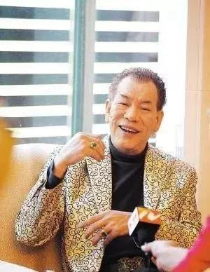 李兆基遺孀現身醫院辦理亡夫死亡證 戴口罩仍見一臉愁容