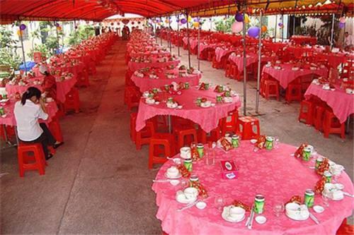 窮小子結婚,只擺五桌卻來了一百多人,結帳的時候更是失聲痛哭!