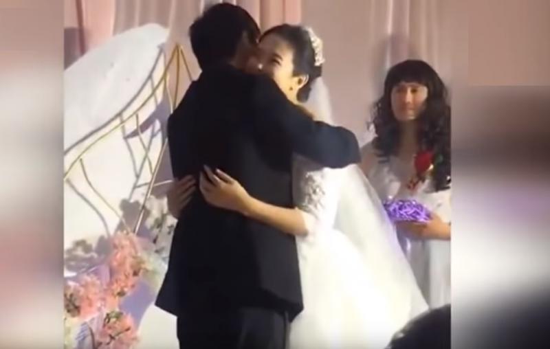 實在找不到伴娘了!新郎邀請高中同學當伴娘,秒變全場焦點!新娘看到笑不停:這婚怎麼結啊!