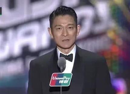 劉德華給「小鮮肉」頒獎,他們卻不把天王當回事,一臉不屑全程無視,網友:「真沒禮貌」!