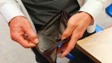 男子一個月「賺4萬5存不到錢」讓他超苦惱,當他PO出「收支明細」後....網友怒轟:你活該!