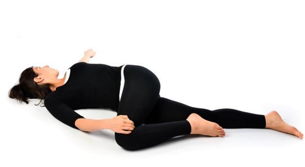 消滅「坐骨神經痛」不必挨刀!每天30秒「躺著拉筋」讓「腰椎」年齡回春20