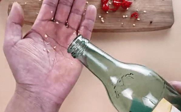 白醋倒在手心上搓一搓,真是太厲害了,解決很多家庭主婦困擾的難題
