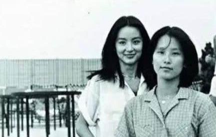 一母所生36年不見面,妹妹當影后嫁富商,姐姐低調拿退休金生活