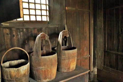 小伙幫孤老挑了三年水,臨終送對舊水桶,多年後驚喜來了