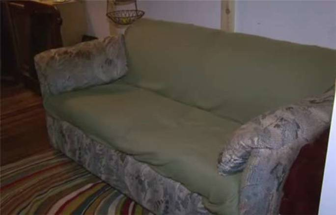 三名大學生650元買回二手沙發,發現把手部分怪怪的,打開以後三人瘋狂尖叫:發財了!