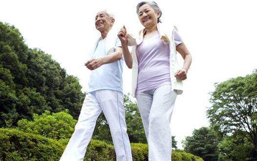 50歲的人照著這樣走10分鐘,肚子平了,血壓也降了,周圍人都說年輕了!