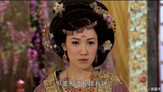 香港的女星這樣表演好敬業 抬腿彈鋼琴「一片肉色」露出 這才叫藝人阿~
