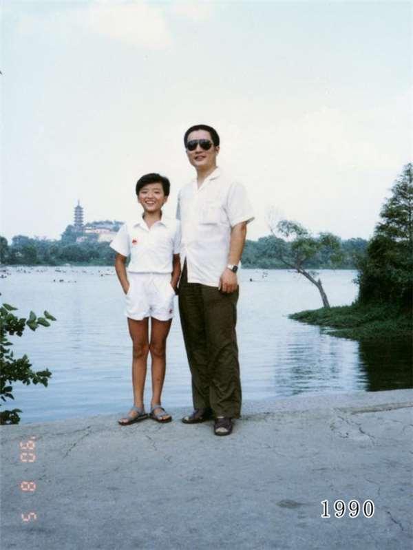 女兒和爸爸30多年來都會一起在同一地點合影,但最後一張令人眼眶濕了...