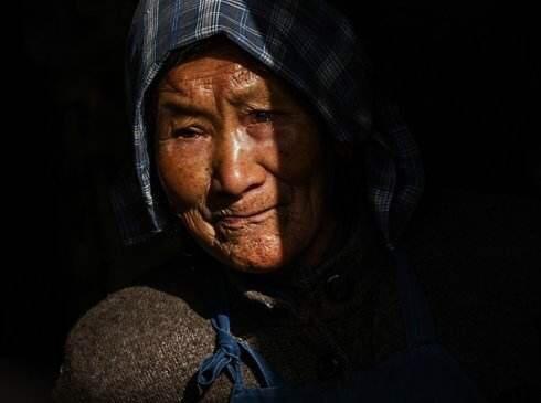 兒子當老闆,每月給母親寄3千元,老人在城裡撞見兒子時淚流滿面