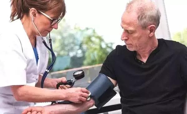食鹽,是高血壓的天敵!醫生:記住這4個小技巧,血壓降,身體棒