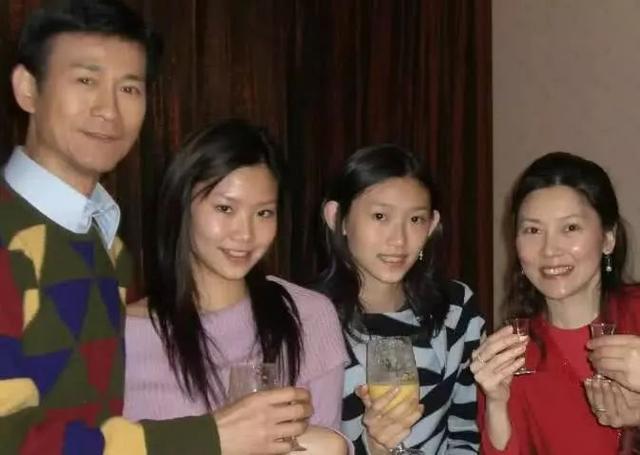 72歲鄭少秋和結縭30年妻子「同框像父女」差距好大,二婚「4女兒顏值超高」繼承好基因!