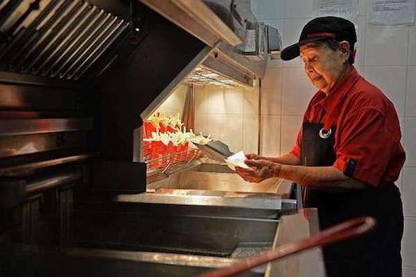 70歲阿嬤不靠子女養,應徵麥當勞!離別前最後一刻仍堅守工作崗位,令人欽佩!