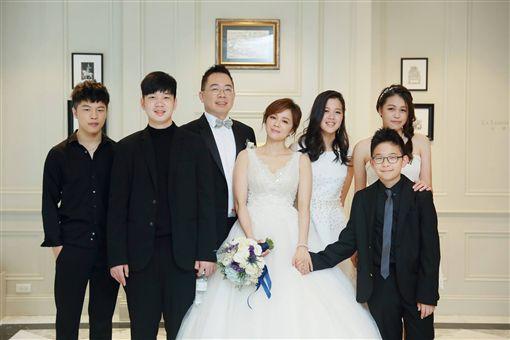 一家7口還想要!「洪榮宏前妻」陳施羽甜蜜二嫁盼生雙胎 「尖下巴不在了」網友驚喜:有了嗎