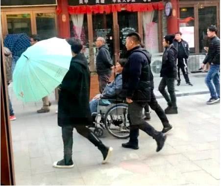 67歲洪金寶每天「負荷運動」近況惹人擔憂,兒媳擔心痛哭:他抱不動孫子