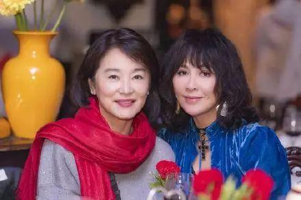 林青霞穿老年裝出遊,短髮發福笑起來像老奶奶,這是65歲真實樣子!
