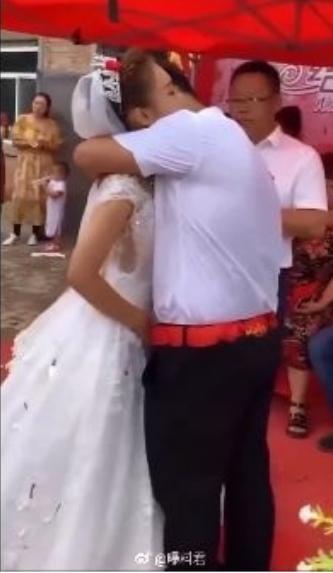 為了年邁母親!他單身多年「討不到老婆」照顧家裡 終於找到對象「迎娶自己妹妹」網友讚:真的太幸福