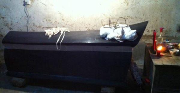 老人死後下葬眾貓都聚到棺前,屍體竟爬出棺材讓貓吃了自己!