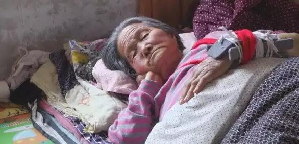 丈夫過世,照看婆婆多年,母親罵我傻,婆婆臨終親人都在,遺囑公布我難過