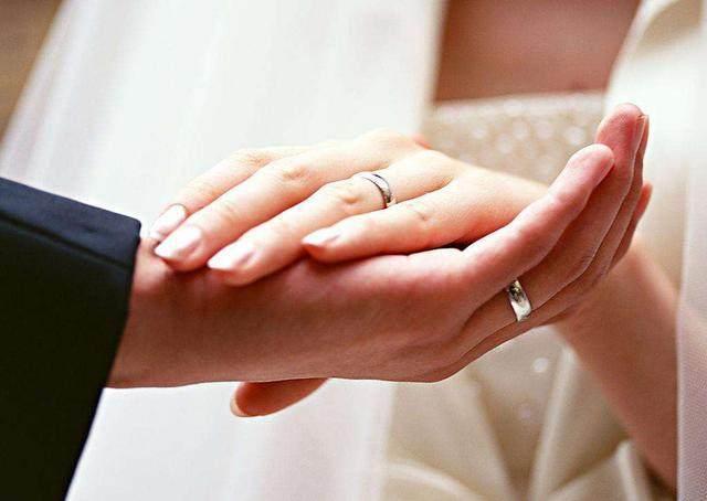 我嫁給二婚老公,新婚夜正準備親熱,門就被打開了,第二天我親婆婆一下!!