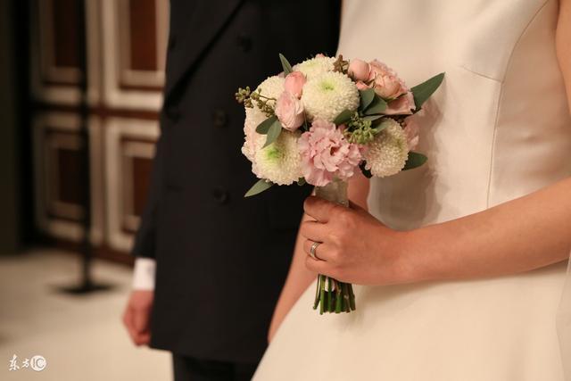 未婚先育,婆家把彩禮從8萬降到8千,婚禮上我把婆婆氣暈了