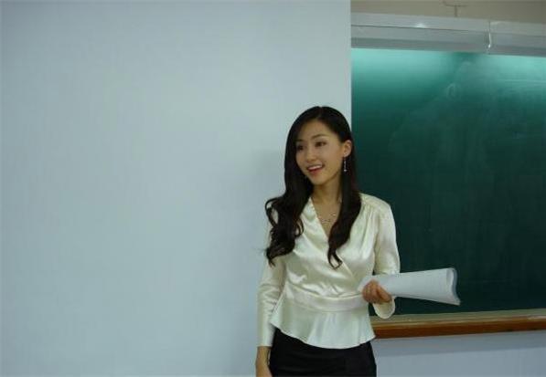 女教師問學生:我的裙子裡沒有的是什麼?什麼東西進去時是硬的,出來時是軟軟黏黏?