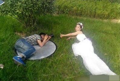 老婆旅行傳了一張自拍照,沒想到背後的鏡子完全出賣了她!你看出來了嗎?