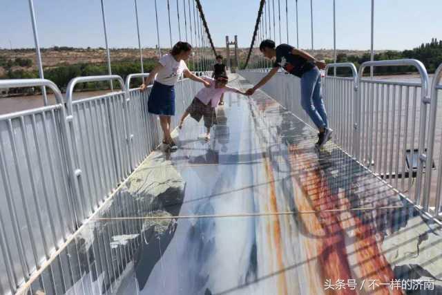 玻璃橋又玩出新花樣,這次不是玻璃裂了這麼簡單了