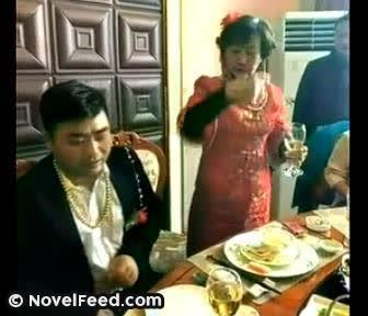 30歲男子嫁72歲老太,洞房夜男子做法讓人大跌眼鏡...網友看完紛紛留言:「這就是金錢的力量」、「這才是真愛」、
