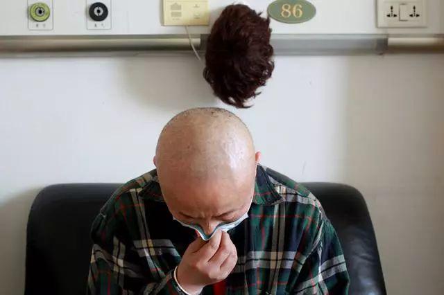 35歲男子,不抽煙、不喝酒,查出腎癌離世,醫生:2個習慣害的