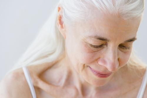 你還在用染髮來遮蔽白頭髮嗎?太危險了!三招幫你改善