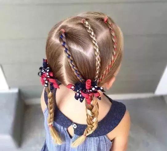 单马尾编发 这款发型则是五条小马尾按照五角星的方向编织,将每股头发图片