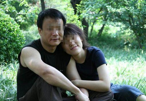 年輕女子跟60歲老大爺同居懷孕,意外發現大爺的身份,她懵了!