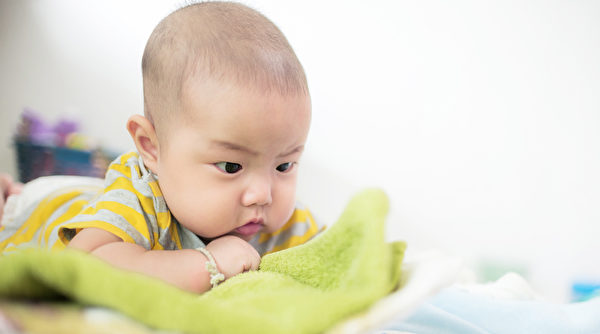寶寶為什麼會吃手?嬰兒認識世界歷程超奇妙 - COCOHK
