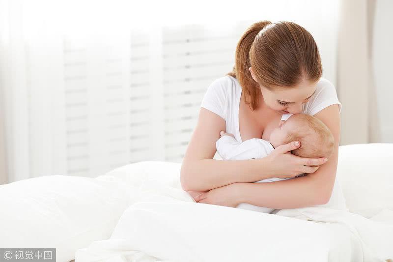 爸爸媽媽可別這樣抱孩子了,長大了容易彎腰駝背,可別害了他!