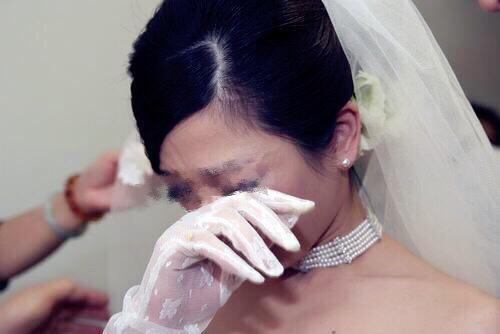 結婚前,老公陪我挑選婚紗,中途他接到婆婆電話,嚇得我趕緊取消婚約
