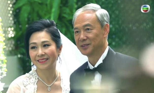 TVB兩位老戲骨發展黃昏戀,兩人現身試中式禮服,全程笑得很甜蜜