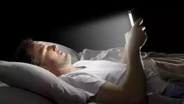 床頭千萬別放這個,失眠、脫髮、老得快,都是因為它!
