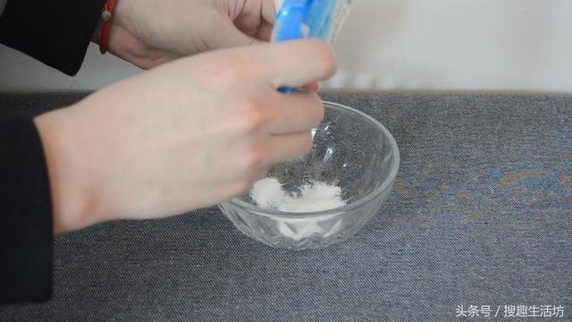 手指被紮了刺」用針都挑不出來?水裡加點「它」泡一泡,讓刺自己跑出來......